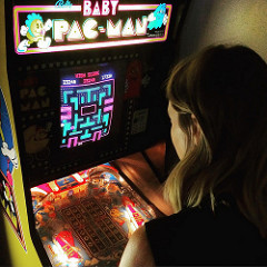 babe playing baby pac-man